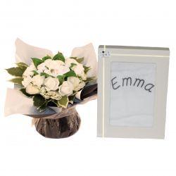 Bouquet de 8 layettes et sa cape de bain personnalisée : Mixte